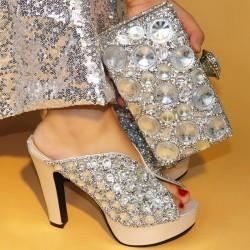 Сребристи обувки и чанта