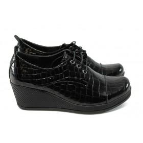 """Дамски обувки на платформа - естествена кожа с """"кроко"""" мотив - черни - EO-4692"""