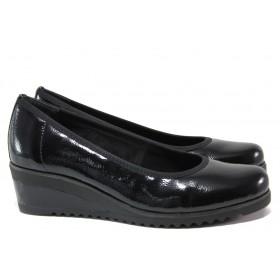 Дамски обувки на платформа - еко кожа-лак - черни - EO-14780