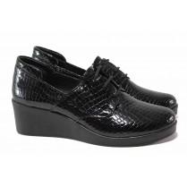 Дамски обувки на платформа - естествена кожа-лак - черни - EO-16944