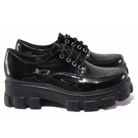 Равни дамски обувки - еко кожа-лак - черни - EO-16982