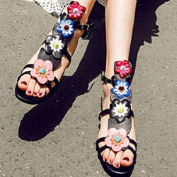 Топ дамски обувки за топлите дни през тази година