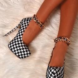За обувките на високи токове