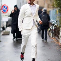 Как да изглеждате стилно в костюм и спортни обувки